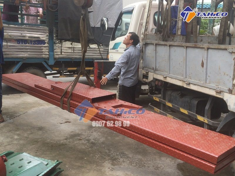 Mặt bàn nâng âm nền cho cầu nâng 1 trụ rửa xe ô tô Việt Nam