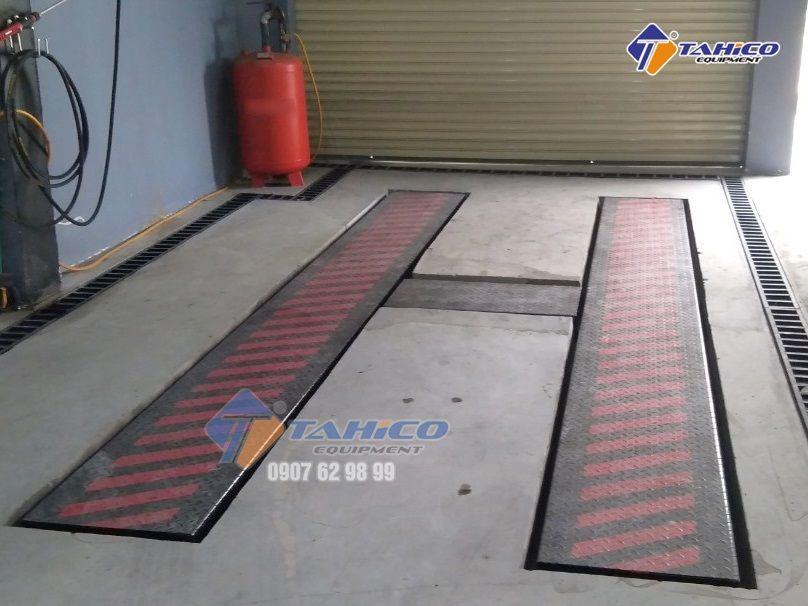 Cầu nâng 1 trụ chuyên rửa xe ô Việt Nam bàn nâng âm nền