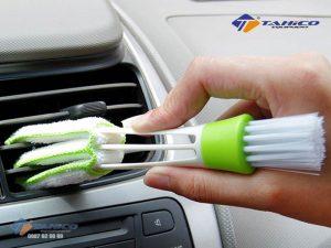 Chổi lau cọ vệ sinh cửa gió điều hòa và kẽ hở ô tô giúp điều hòa xe bạn sẽ luôn sạch sẽ, không còn là nơi tích bụi và ẩn chứa vi khuẩn.