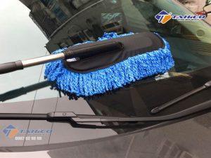 Chổi rửa xe ô tô cán dài nano siêu mịnvới bông lau được làm từ chất liệu Microfiber nano mềm mịn