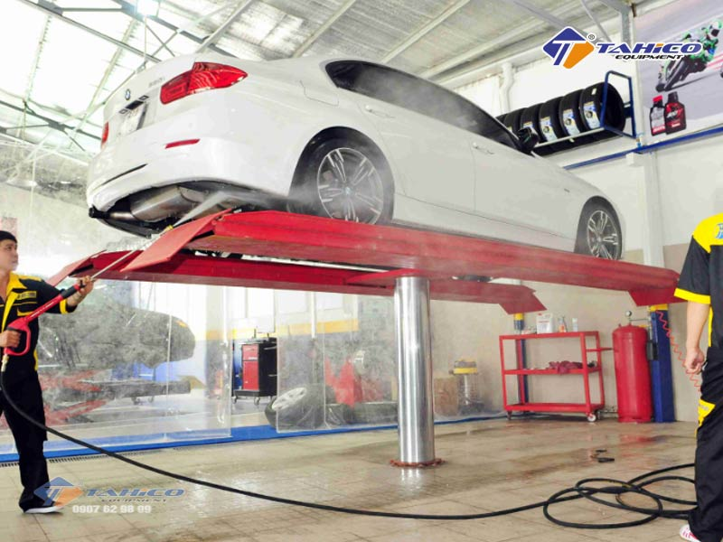 Cầu nâng là dụng cụ rửa xe ô tô rất cần thiết