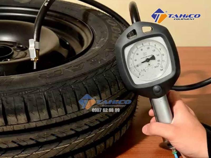 Súng tích hợp nút xả khí trong lốp ra khi cần