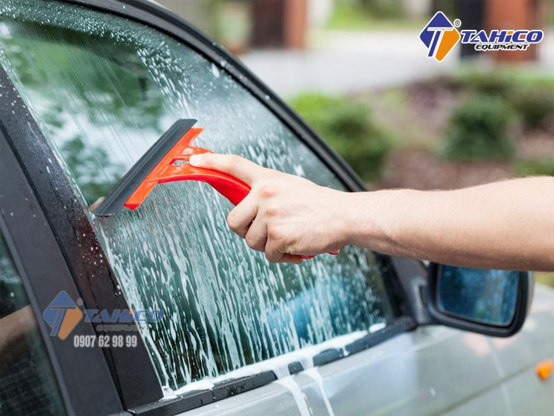 Nước phun rửa kính ô tô
