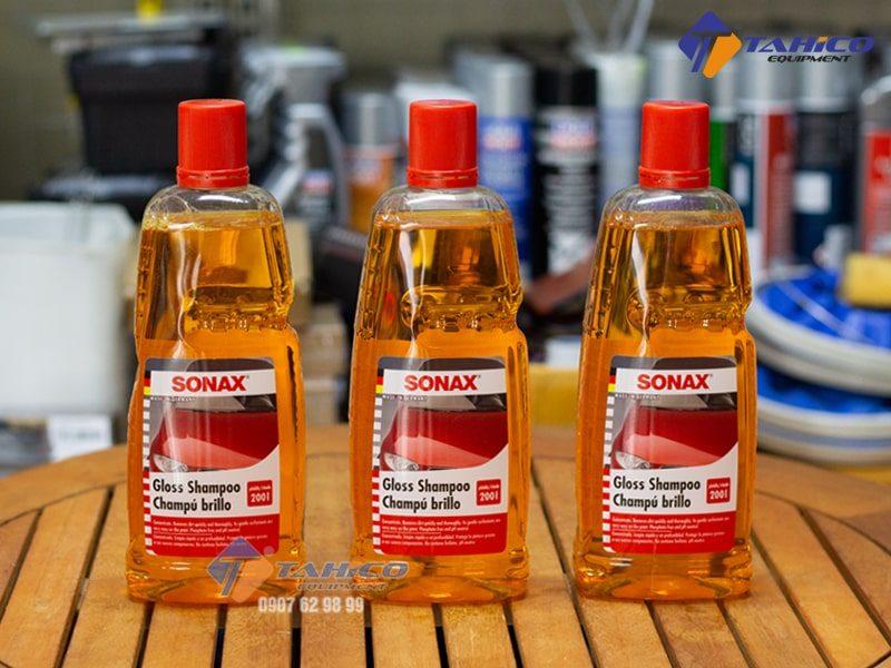Dung dịch rửa xe Sonax Gloss Shampoo có tác dụng tẩy sạch những vết bẩn cứng đầu bám trên bề mặt xe