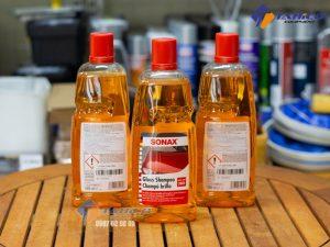 Dung dịch rửa xe Sonax Gloss Shampoo không làm mất đi lớp sáp đánh bóng, không làm phai màu sơn xe.