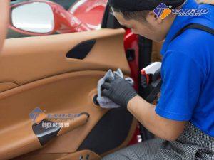 Khăn da bò lau kính và nội thất xe ô tô khi dùng xong bạn có thể giặt sạch rồi phơi khô hoặc vắt sạch nước rồi cất vào hộp bảo quản