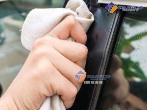 Khăn da bò lau kính và nội thất xe ô tô không tạo ra các sợi lông khi lau, không để lại các vệt nước trên kính