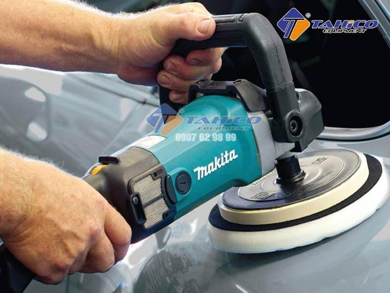Tay cầm chữ D với lớp nhựa mềm giúp giảm mỏi khi sử dụng máy.
