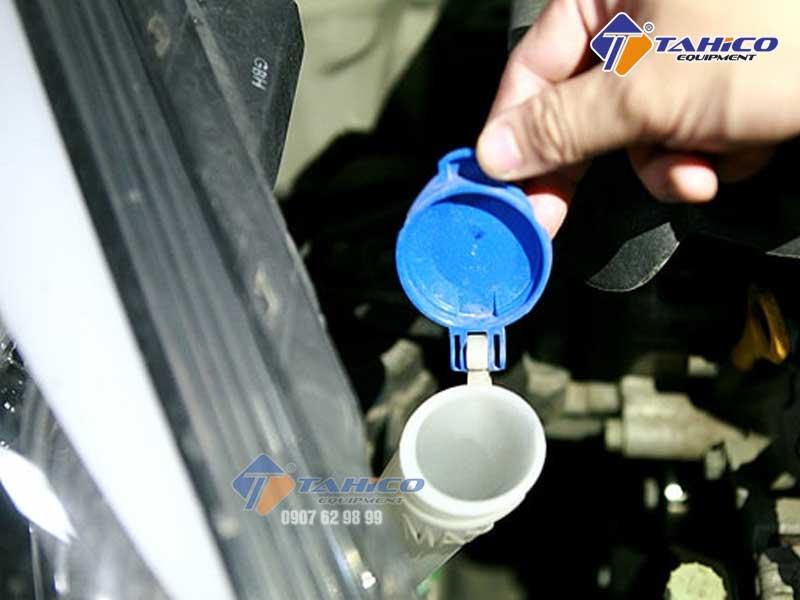 Cách đổ nước rửa kính xe hơi