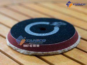 Phớt Đánh Bóng Lông Cừu 1 Mặt 5 Inch được sản xuất gồm các sợi lông cừu được đan vào một đế làm bằng sợi polyeste loại bỏ vết xước sau khi chà nhám