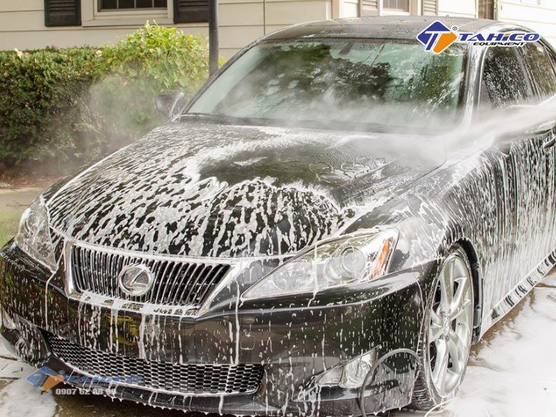 Bước cuối của quy trình rửa xe ô tô chuyên nghiệp là xả sạch xà bông và chất bẩn trên xe bằng nước áp lực mạnh