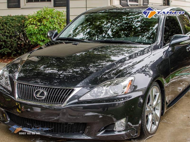 Quy trình rửa xe ô tô chuyên nghiệp nên dùng súng xịt khô để thổi bớt nước ở những vị trí đọng