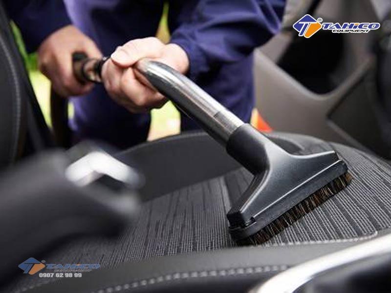 Trong quy trình rửa xe ô tô chuyên nghiệp cần dọn vệ sinh nội thất