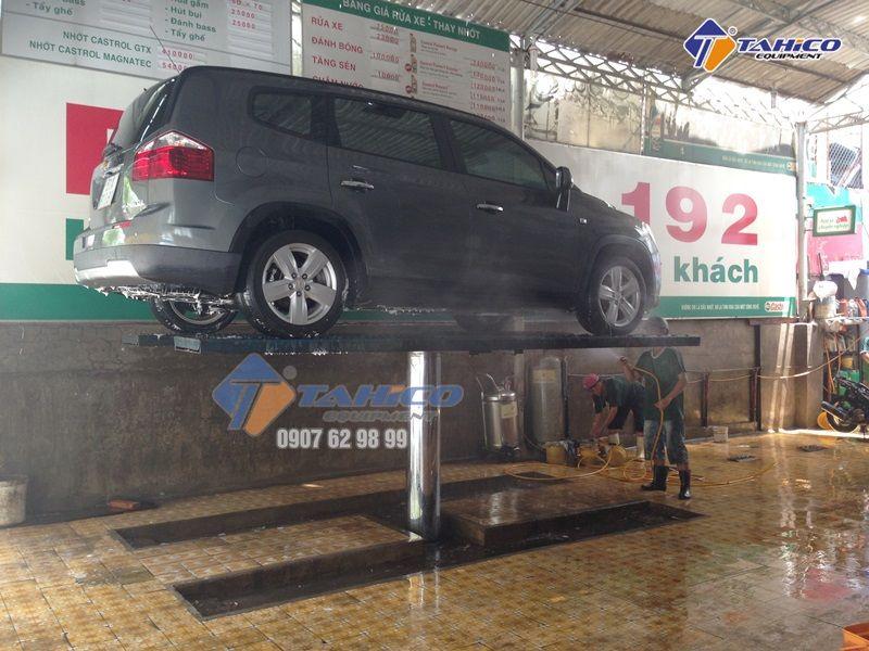Cầu nâng 1 trụ rửa xe ô tô Việt Nam bàn nâng âm nền