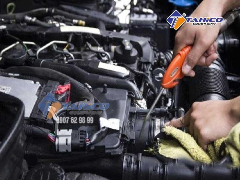 Xì khô khoang máy hoặc thổi bụi khoang máy ô tô (ảnh minh họa)