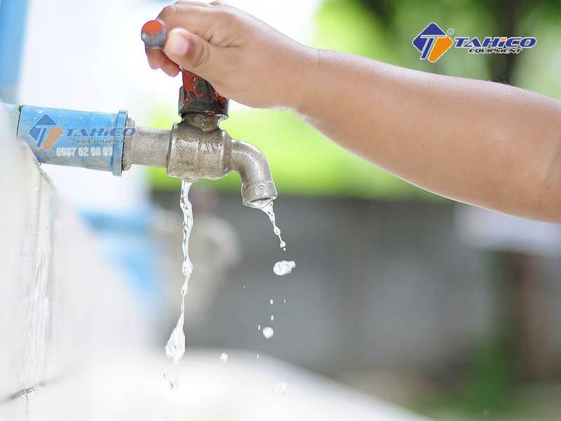Thiết bị phải được sử dụng với nguồn nước sạch, nếu sử dụng nguồn nước từ bồn phải đảm bảo rằng có bộ lọc cặn và bộ lọc phải cách đáy bồn ít nhất 20cm