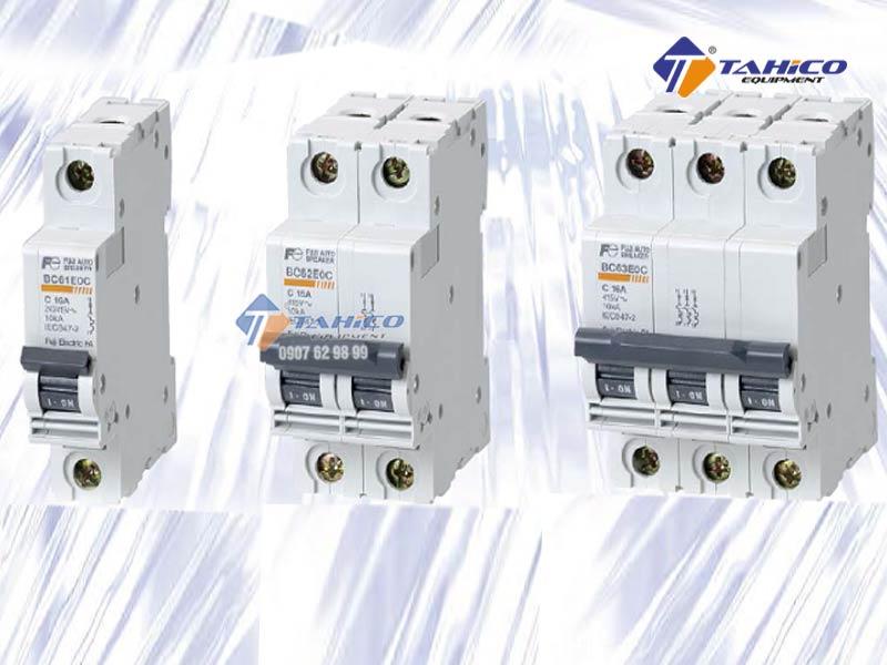 Không được sử dụng công tắc, phích cắm để kết nối thiết bị và nguồn điện. Thiết bị phải được kết nối bằng CB có dòng định mức tương đương hoặc lớn hơn dòng định mức của thiết bị.