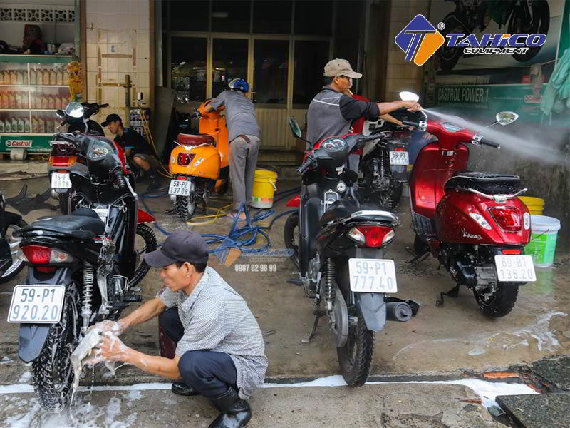 Giá dụng cụ rửa xe máy tùy thuộc vào bạn mua loại gì, công suất bao nhiêu thì mới quyết định được giá