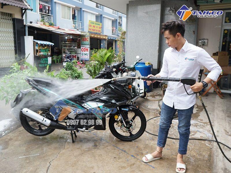 Đào tạo thợ rửa xe lành nghề cũng là một yếu tố quan trọng trong kinh nghiệm mở tiệm rửa xe