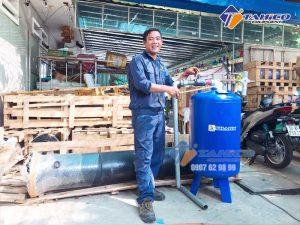 Kỹ thuật viên Tahico hướng dẫn sử dụng lọc tách nước