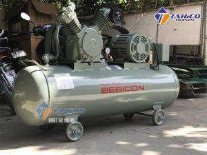 Máy nén khí Hitachi 2 cấp 5HP – Dung tích 260 lít sở hữu công suất cực lớn 3.7KW cộng thêm áp lực làm việc tối đa đạt 14Kg/cm2, đem lại hiệu suất làm việc cực cao