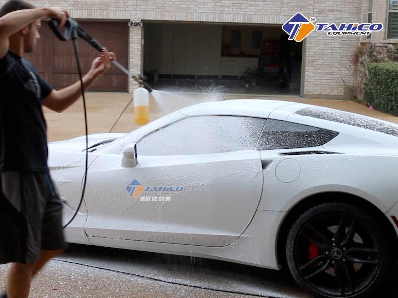 Gắn bình phun bọt tuyết cầm tay để rửa xe