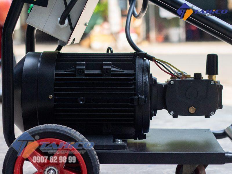 Máy rửa xe áp lực cao Annovi AR-K2715 được thiết kế dưới dạng xe đẩy chuyên nghiệp với 2 bánh lốp lớn giúp người dùng có thể di chuyển dễ dàng máy rửa tới mọi vị trí