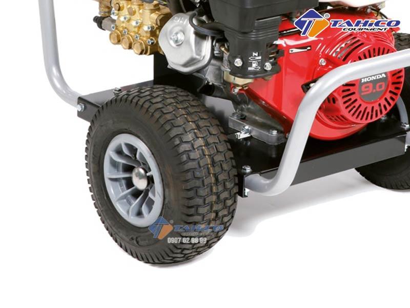 Máy rửa xe cao áp chạy bằng xăng IPC BenZ có bánh xe tiện lợi để di chuyển