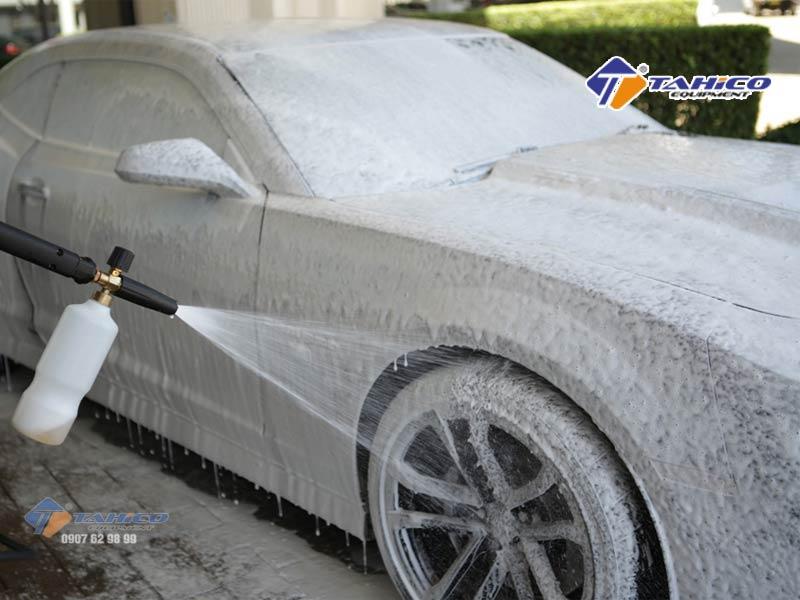Gắn bình phun bọt tuyết để vệ sinh xe nhanh chóng