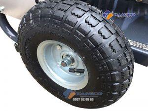Máy rửa xe cao áp Kokoro 18M17.5-3S4 có bánh xe lớn, tay đầy dài dễ dàng di chuyển bên trong kho xưởng hay từ vị trí này đến vị trí khác.