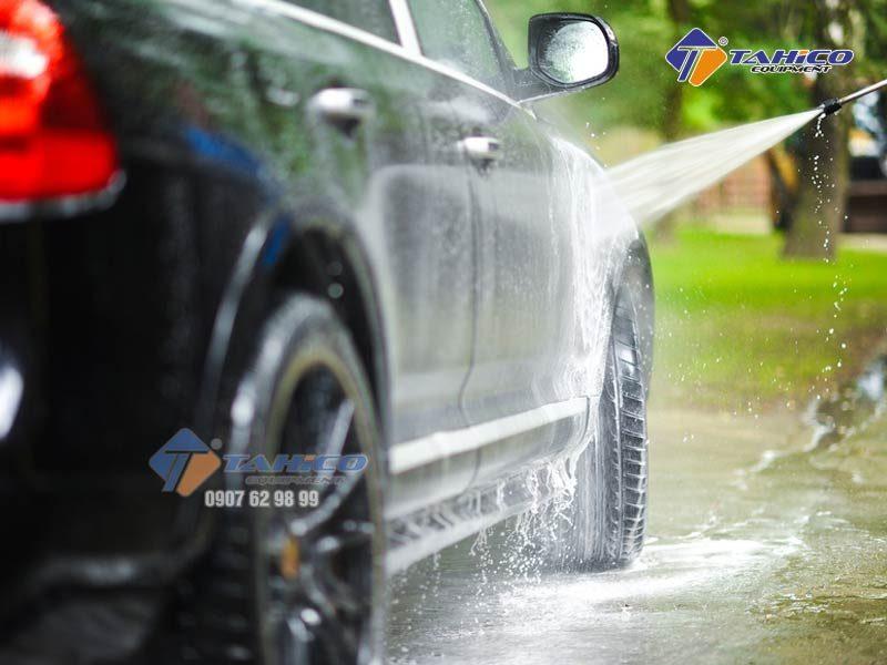 Máy rửa xe cao áp Kokoro 18M36-5.5T4 thiết kế gọn,máy có các bánh xe giúp cho việc di chuyển một cách thuận tiện, các đầu béc khác nhau tương ứng với các lực phun khác nhau phù hợp cho nhiều mô hình vệ sinh