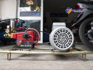 Thiết kế máy rửa xe dây đai 3 hp Trung Quốc - HS30 tương đối chắc chắn, có lớp gân đỏ bao quanh tạo độ thẩm mỹ cao