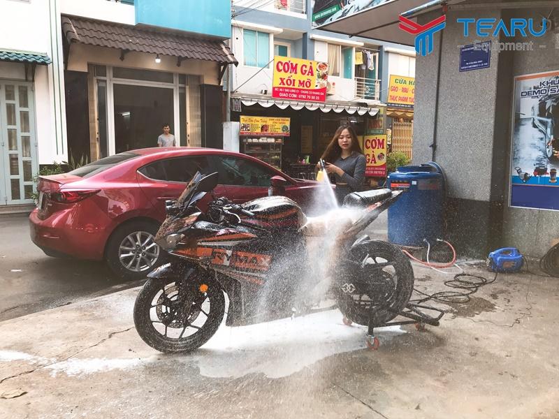 Bình bọt rửa xe máy dung tích vừa dùng