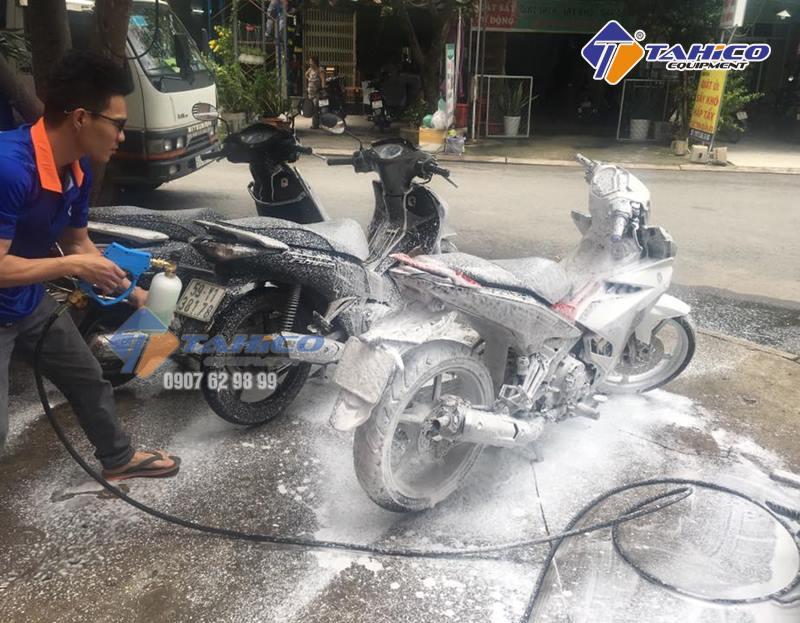 Phải dùng hóa chất chuyên dụng để rửa xe