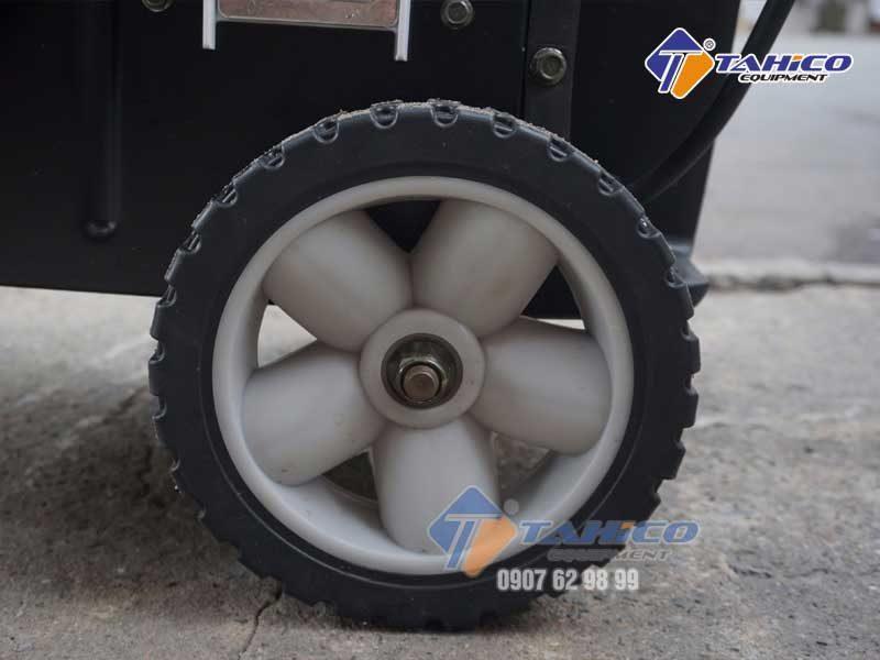 Được trang bị hệ thống bánh xe phía dưới dễ dàng di chuyển