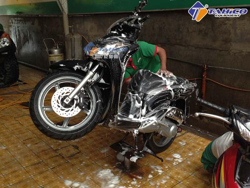 Ben nâng xe máy rửa xe hiệu quả