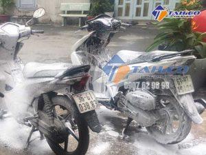 Sử dụng bình bọt tuyết để rửa xe máy