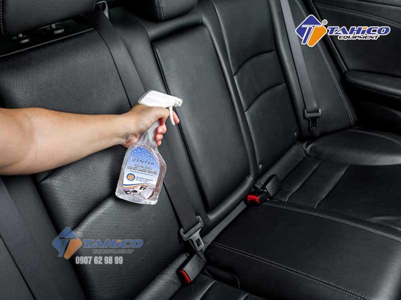 Phun dung dịch Interior Deodorant lên bề mặt và không gian gây mùi