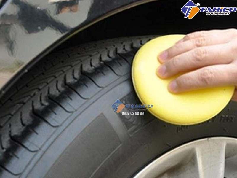 Làm đen bóng lốp ô tô