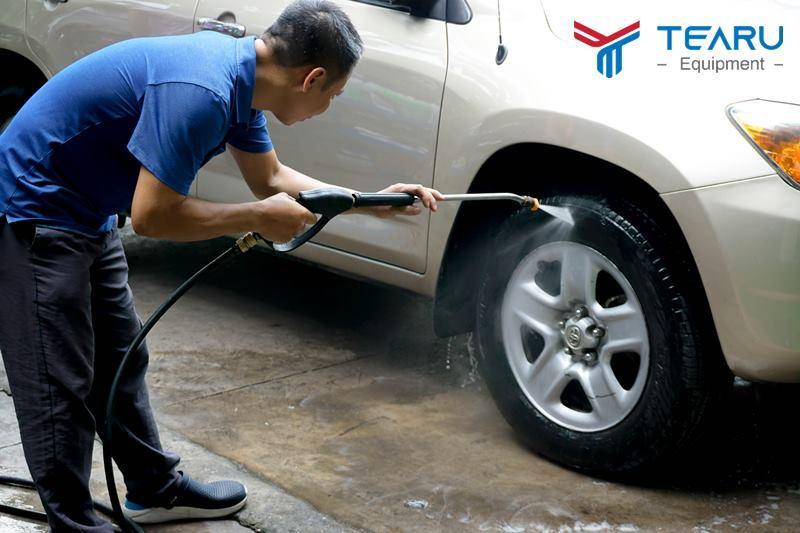 Làm sạch bề mặt trước khi wax bóng lốp