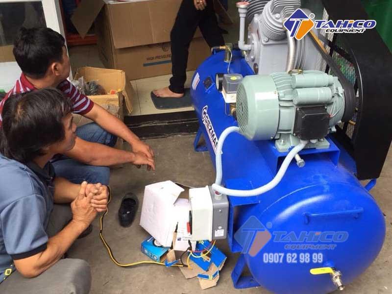Khách hàng đang test máy nén khí Gezmany