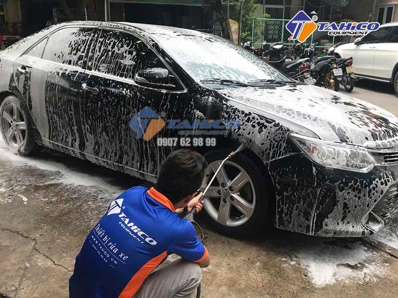Sử dụng máy rửa xe để rửa ô tô