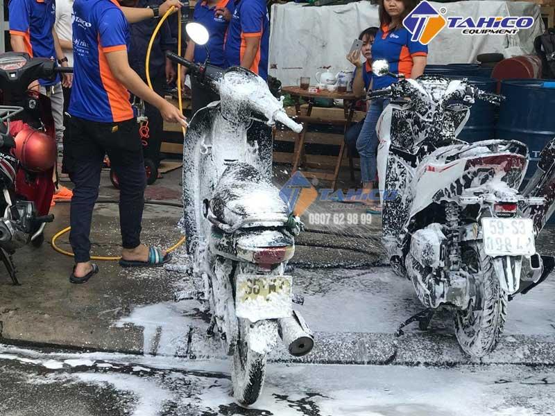 Nhân viên TAHICO test dung dịch rửa xe