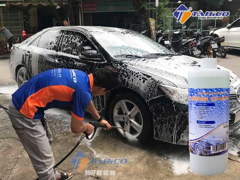 Vệ sinh xe với nước rửa xe bọt tuyết