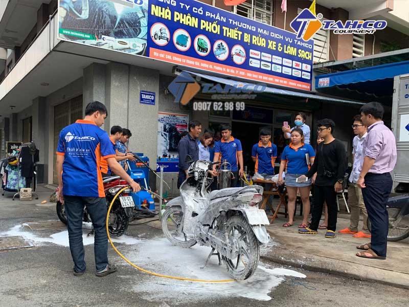 Nhân viên Tahico hướng dẫn rửa xe máy