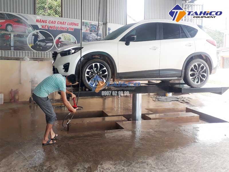 Sử dụng cầu nâng để rửa gầm xe ô tô