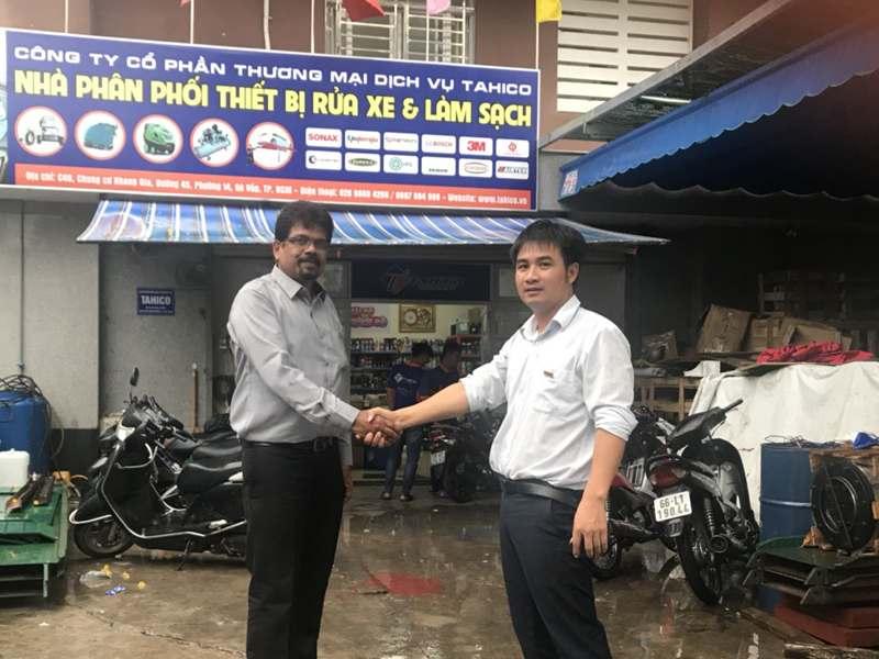 Giám đốc công ty Tahico bắt tay với người đại diện máy rửa xe máy tự động của Ấn Độ.