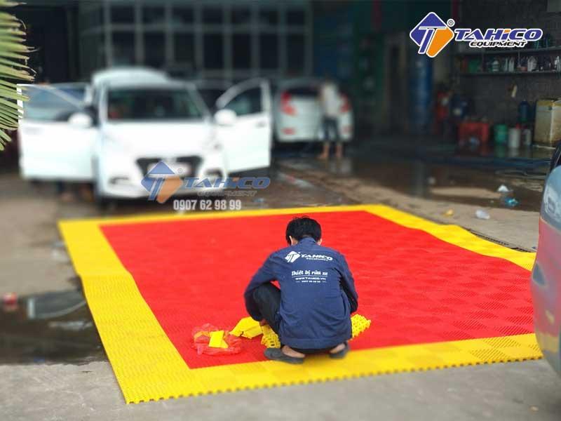 Nhân viên Tahico lắp ráp tấm lót sàn