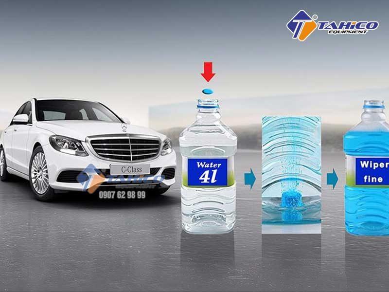 Thả 1 viên sủi nước rửa kính vào từ 3-4l nước.