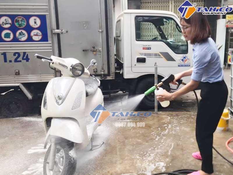 Sử dụng dung dịch vệ sinh xe nhanh chóng
